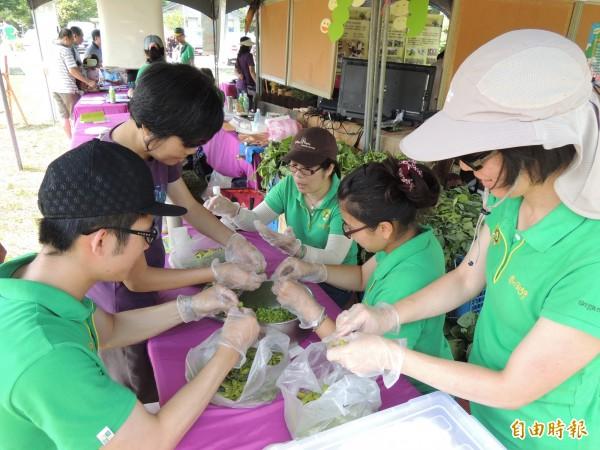 第一屆雲林有機毛豆嘉年華活動,工作人員忙著剝毛豆仁,製作各種毛豆料理。(記者黃淑莉攝)