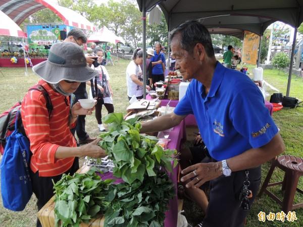 雲林綠串珠社區—大埤南和社區栽種的有機作物,吸引許多民眾選購。(記者黃淑莉攝)