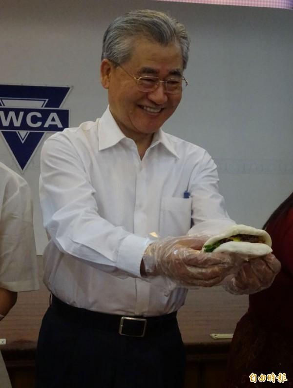 行政院長毛治國(如圖)出席新住民家庭餐會,與新住民一起動手做台灣刈包。(記者李欣芳攝)