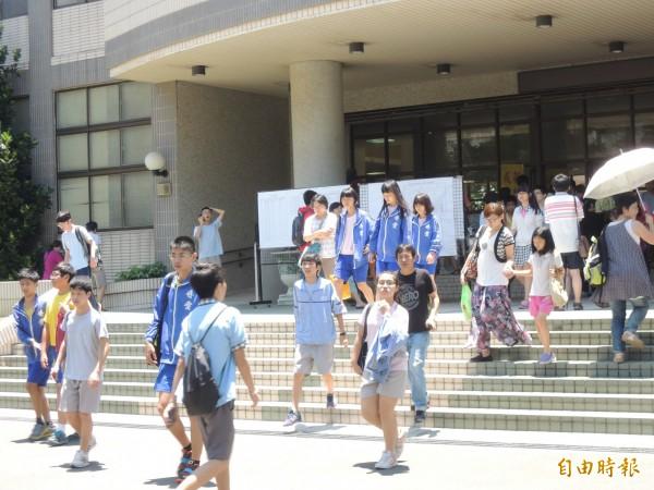 第二屆國中會考今天登場,28萬多名考生上陣奮戰,依序接受社會、數學、國文及寫作等4科測驗。(記者洪美秀攝)