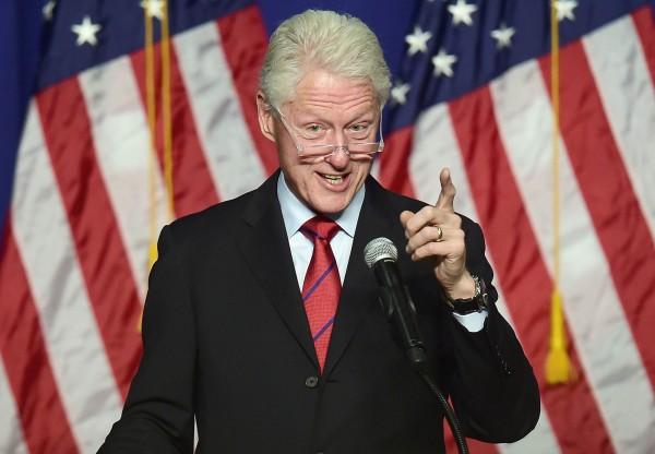 柯林頓夫妻倆從去年1月至今申報收入約3000萬美元,其中光是靠著演講就賺了2500萬美元。(法新社)