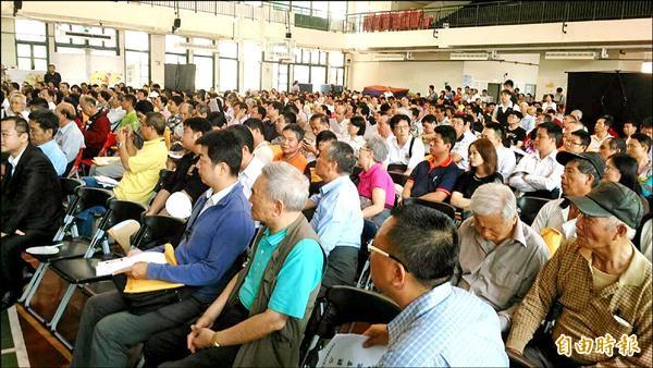 烏日前竹區段徵收案攸關地主權益和地方發展,公聽會現場總是擠滿人潮。(記者黃鐘山攝)