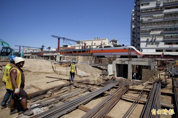 台鐵新竹市三姓橋車站工程即將在年底完工,預計明年三月完工,將可紓解竹市香山區三所大學及國、高中學生的交通。(記者洪美秀攝)