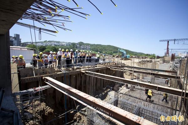 台鐵新竹市三姓橋車站工程即將在年底完工,預計明年三月完工,將可紓解竹市香山區三所大學及國、高中學生的交通,也為居民的生活和交通帶來便利性。(記者洪美秀攝)