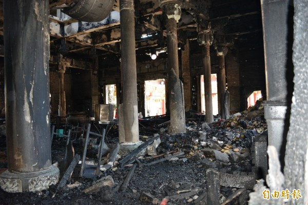 福安宮正殿內部被大火燒得一片焦黑,令人觸目驚心。(記者湯世名攝)