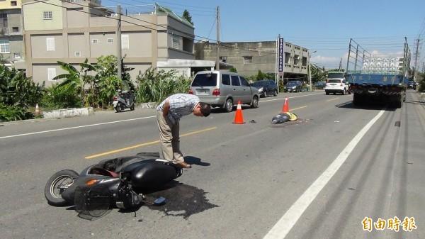 雲林崙背發生死亡車禍,20歲機車騎士遭大貨車輾過頭部當場死亡。(記者黃淑莉攝)