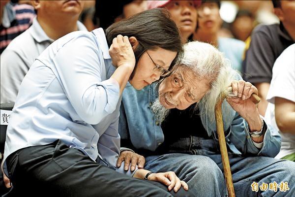 民進黨主席蔡英文(左)昨出席紀錄片「末代叛亂犯」特映會,並頻頻與片中重要人物台灣獨立運動者史明(右)交換意見。(記者劉信德攝)