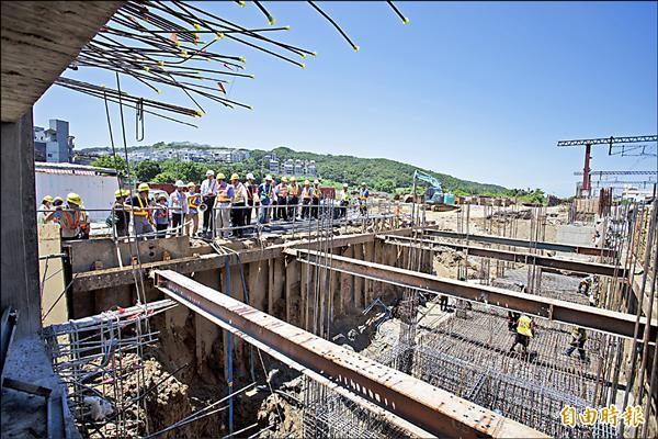 台鐵新竹市三姓橋車站工程即將在年底完工,預計明年三月啟用,將可紓解竹市香山區三所大學及國、高中學生的交通,也為居民的生活和交通帶來便利性。(記者洪美秀攝)