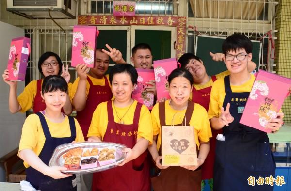 在永康青商會的認購、促銷下,展翼烘焙坊的手工餅乾熱賣。(記者吳俊鋒攝)