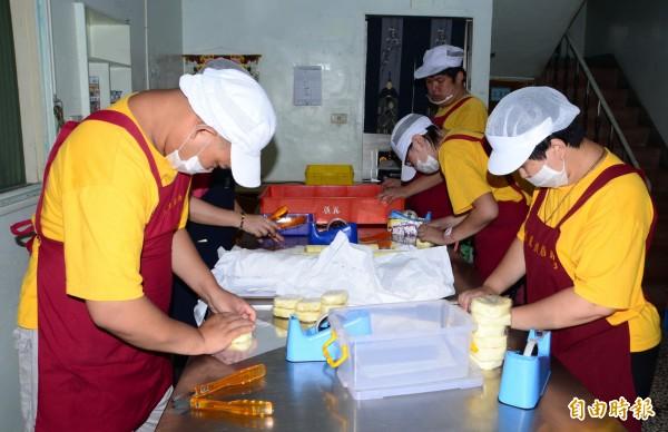庇護學員們分工合作,為烘焙產品包裝。(記者吳俊鋒攝)