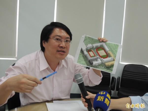 基隆市長林右昌說明信義、仁愛國小地下停車場基地規劃內容(記者盧賢秀攝)