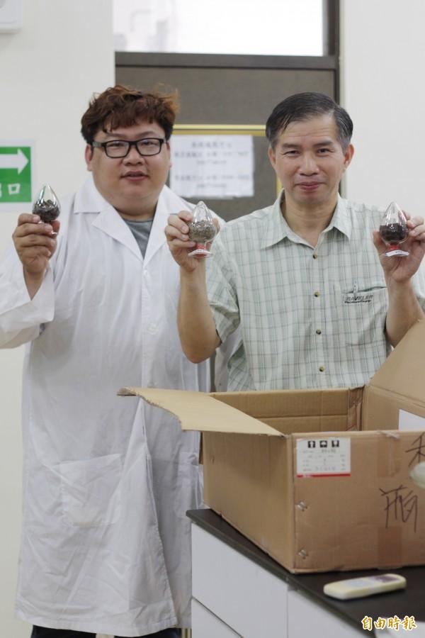 屏科大生物資源研究所教授蔡文田(右),帶領跨校研究團隊,研發出一套「微藻養殖系統」。(記者邱芷柔攝)