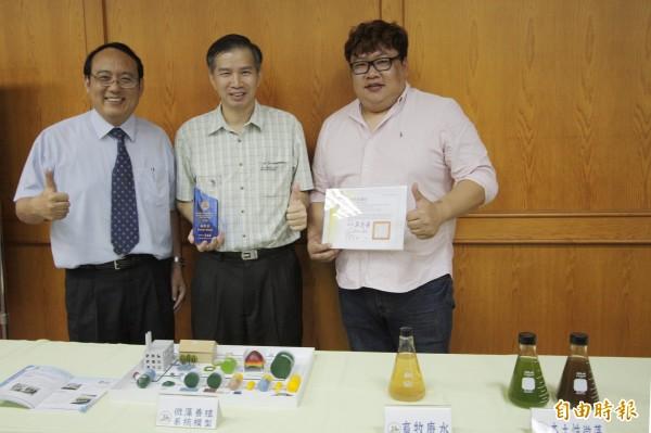 屏科大校長戴昌賢、教授蔡文田、研究生李育儒(左至右)發表微藻養殖成果。(記者邱芷柔攝)