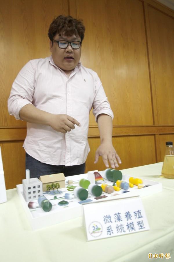 李育儒以養豬場模型解釋微藻養殖過程。(記者邱芷柔攝)