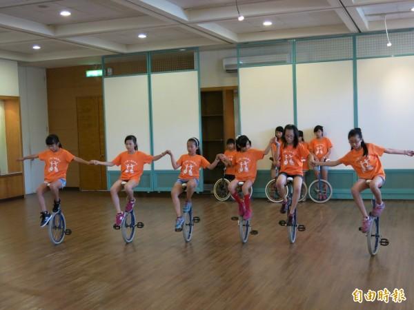 頭份國小主辦獨輪車育樂營,可鍛鍊學童抗壓性及平衡感。(記者鄭鴻達攝)