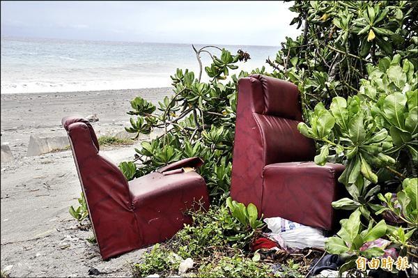 美麗的海岸被民眾隨意棄置沙發。(記者黃明堂攝)