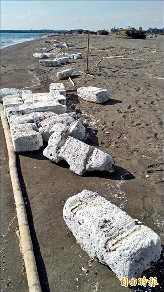 廢棄保麗龍破壞海岸線景觀。(記者洪瑞琴攝)
