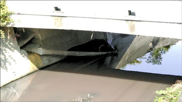 民眾懷疑,延平2號橋的下的塑膠管就是禍首。(照片由讀者提供)