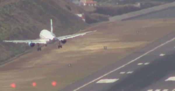 葡萄牙馬迪拉島(Madeira),由於跑道短,海風強勁,有「歐洲最危險機場」之稱,常常讓機師心驚膽戰。(圖片擷取自YouTube)