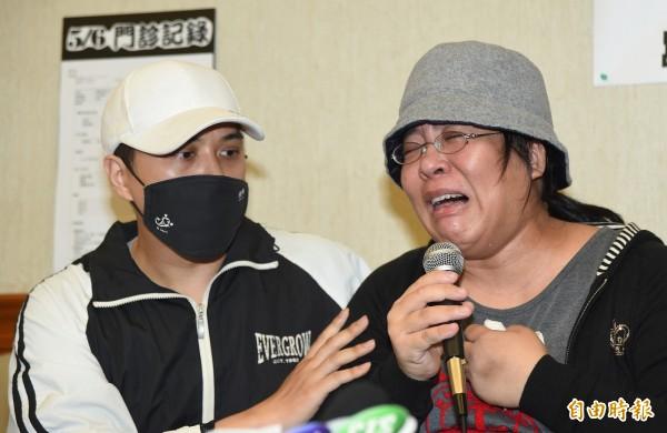 控訴台北榮總醫師陳志堯醫療疏失,導致胎死腹中的37歲黃小姐(右),今天發出聲明。(資料照,記者劉信德)