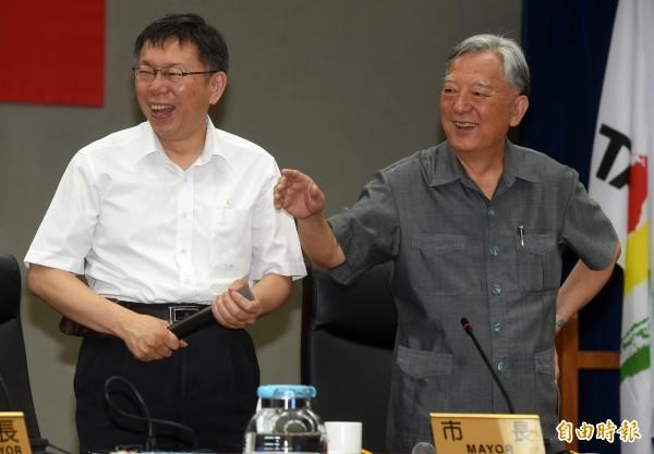 台北市長柯文哲(左)19日主持市政會議,會中邀請前市長黃大洲(右)以「田園城市─屋頂農園介紹」為題演講。(記者簡榮豐攝)