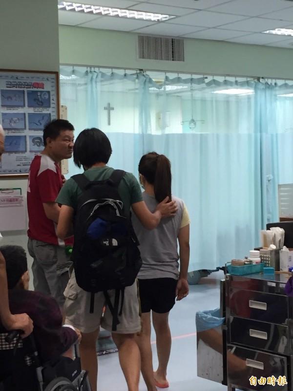 屏科大黃美秀教授(綠衣者)到醫院了解黑熊傷人狀況。(記者羅欣貞攝)