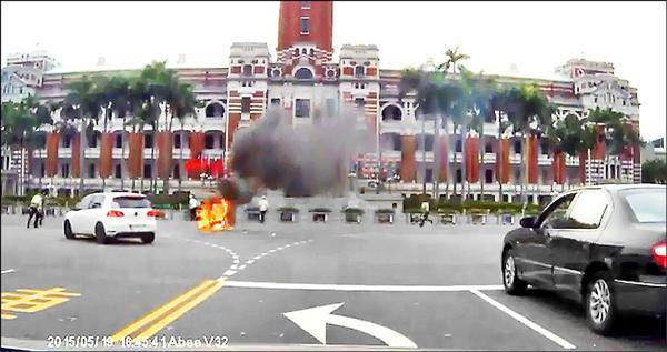黃姓男子引火自焚,全身約80%二度灼傷,被民眾的行車紀錄器拍下燒成火球的狀況。(記者吳張鴻翻攝,吳先生提供)