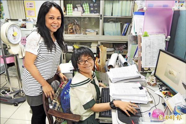 順利考取中山大學的陳怡然,利用空檔時間當志工,協助學校護士資料建檔。(記者劉婉君攝)
