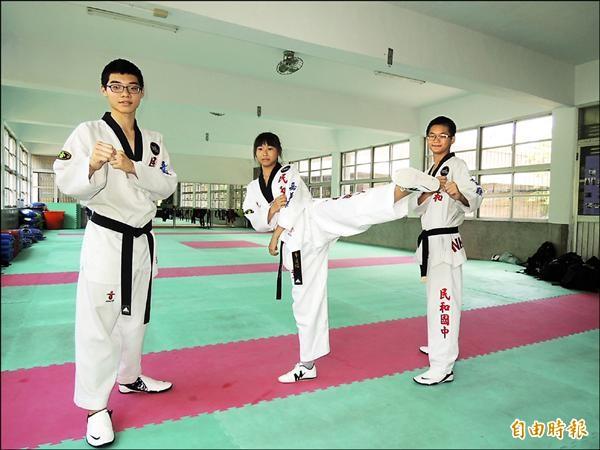 民和國中跆拳道選手劉珀成(左)與吳姿忞(中)在全中運奪金,何昍哲(右)獲第四名。(記者余雪蘭攝)