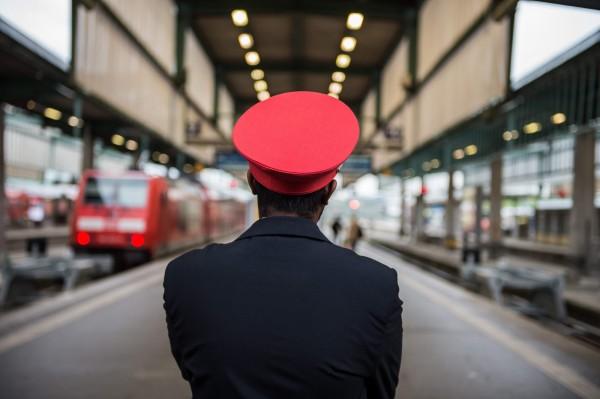 德國鐵路駕駛罷工,影響甚鉅,旅客無法搭乘火車通勤。圖為一名仍在工作的車站服務人員望著空蕩蕩的月台。(歐新社)