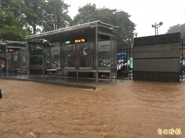 大雨造成靜宜大學前的台灣大道路慢車道,積水嚴重。(記者歐素美攝)