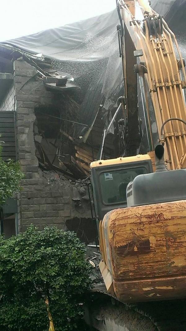 新北市府違章建築拆除大隊強制拆除八煙溫泉會館違建。(新北市工務局提供)
