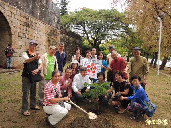 台南市鳳凰花會成立並在南門城後方種下一棵鳳凰木。(記者王俊忠攝)