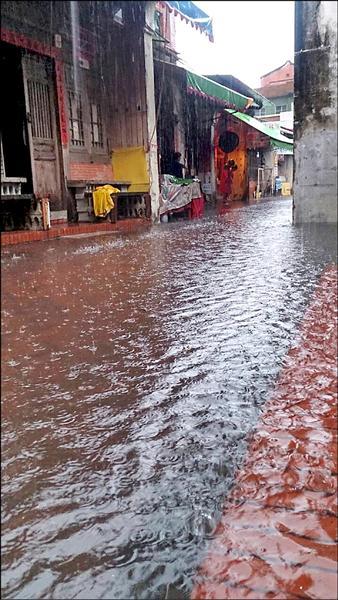 我家門前有小河?鹿港老街又淹水了。(洪宜群提供)