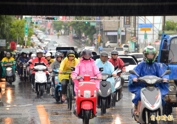 鋒面報到,台南民眾一早得冒雨上班。(記者吳俊鋒攝)