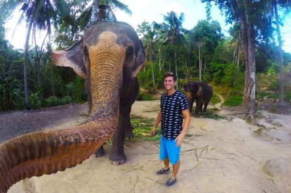 一名加拿大學生勒布朗日前到泰國帕岸島遊玩,在餵食大象香蕉時,大象竟然「拿」起相機玩自拍。(圖取自鏡報)