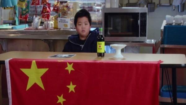 這齣喜劇第一季第13集竟出現中國五星旗。(圖片翻攝自PTT)