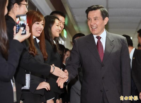 總統馬英九21日出席第十屆國立政治大學台北模擬聯合國會議,離去時和青年學子一一握手致意,最後還自嘲感謝學生們願意和他握手,破除迷信。(記者廖振輝攝)