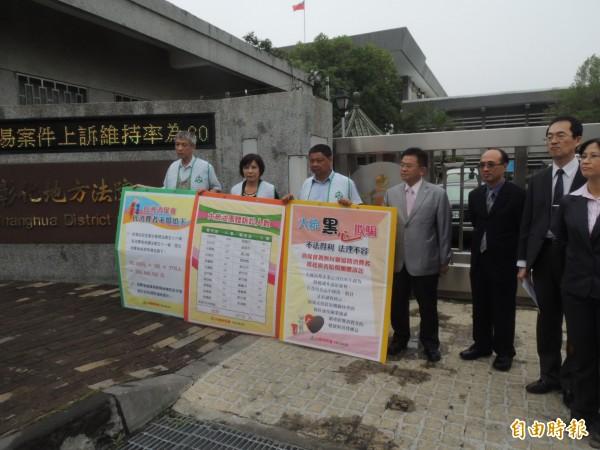 台灣消保會針對大統劣油案,為消費者求償,獲賠9000萬多元,圖為去年4月向彰化地院遞狀畫面。(資料照,記者顏宏駿攝)