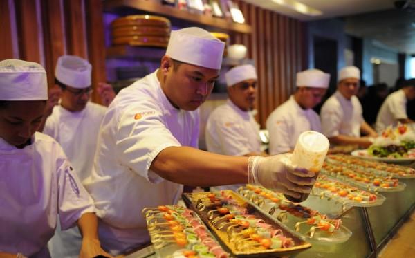 美國研究顯示,跳過一餐不但無法減肥,反而還會更肥。圖為日前諾布賭場飯店在菲律賓馬尼拉開幕時,餐廳廚師忙著準備記者會後的餐點。(法新社)
