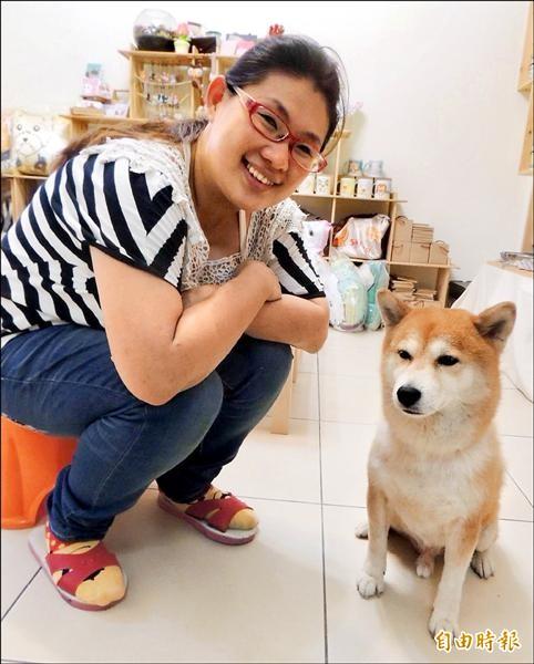 愛犬「酷」是吳佩儒設計的泉源。(記者歐素美攝)