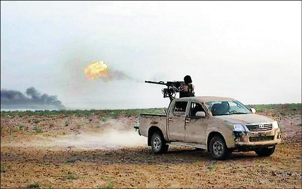 伊斯蘭國網站20日發佈的照片顯示,1名IS成員在荷姆斯與帕米拉之間的道路上,對敘利亞政府軍開火。(美聯社)