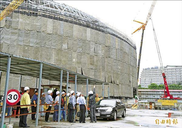台北市政府勒令大巨蛋停工後,昨由都發局副局長張剛維率隊進入工地會勘。(記者方賓照攝)