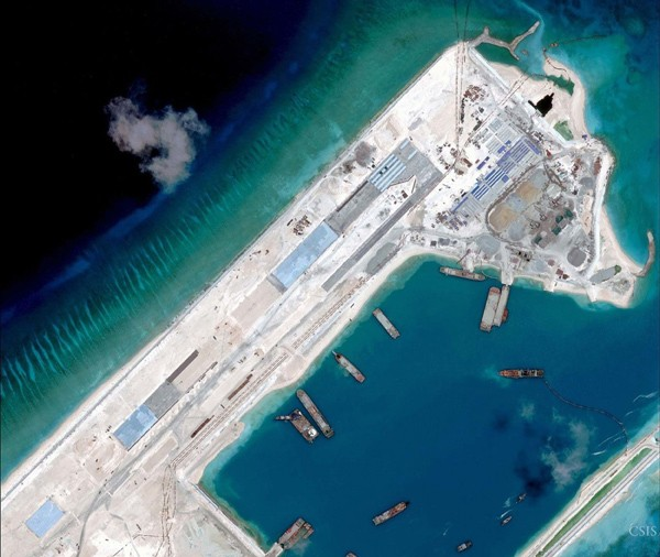 圖為美國智庫「戰略暨國際研究中心(CSIS)」的衛星照片,顯示中國在南海永暑礁修建機場跑道。(法新社資料照)