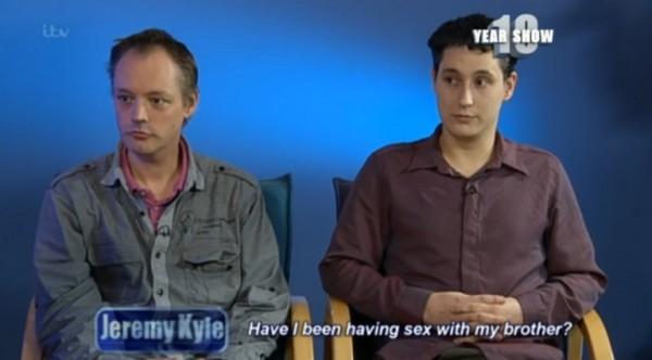 男同志情侶保羅(圖左)和李(圖右)在網路上相遇,相約見面後隨即墜入情網。(圖片擷取自《都市報》)
