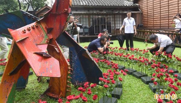 台北市長柯文哲今天出席蔡瑞月逝世10週年紀念活動,並以玫瑰花向蔡瑞月致敬。(記者劉信德攝)