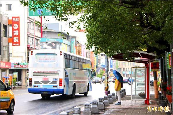 學者專家認為,要讓空氣變乾淨,全面推動電動公車取代柴油公車是趨勢。(記者張聰秋攝)