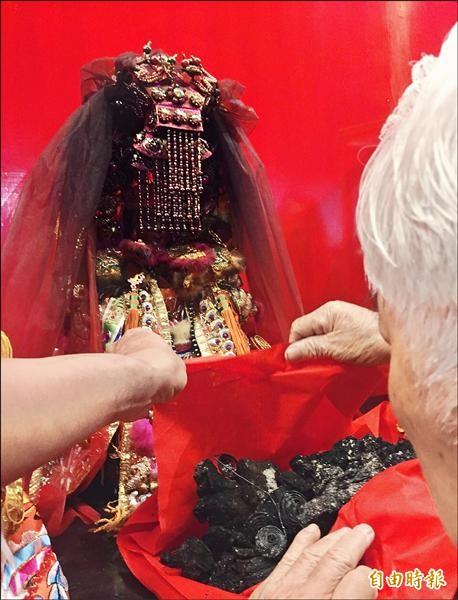 福安宮有300多年歷史的開基媽祖神尊被大火燒成黑炭,信眾看到其模樣時都相當難過。(記者湯世名攝)