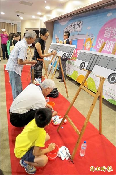 交通局進行公車彩繪徵件,並邀請老中青三代現場創作。(記者蘇金鳳攝)