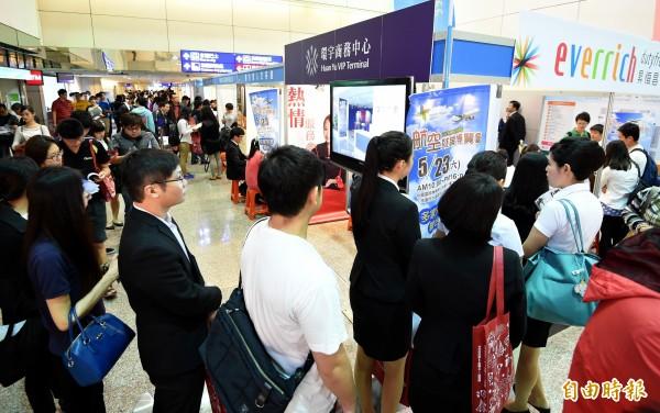桃園國際機場公司今天在桃園機場第二航廈入境大廳舉辦「2015年航空就業博覽會」,吸引許多民眾前往尋求就業機會。(記者朱沛雄攝)